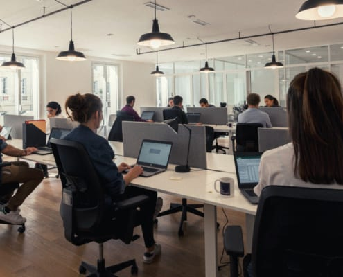 personnes travaillent open space coworking